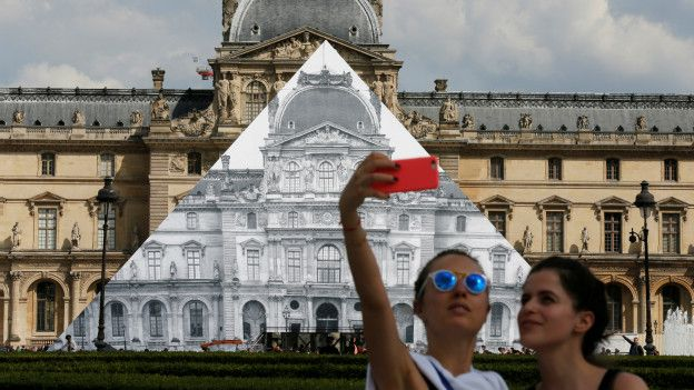 160526214409_louvre_paris_foto_selfie_624x351_reuters_nocredit